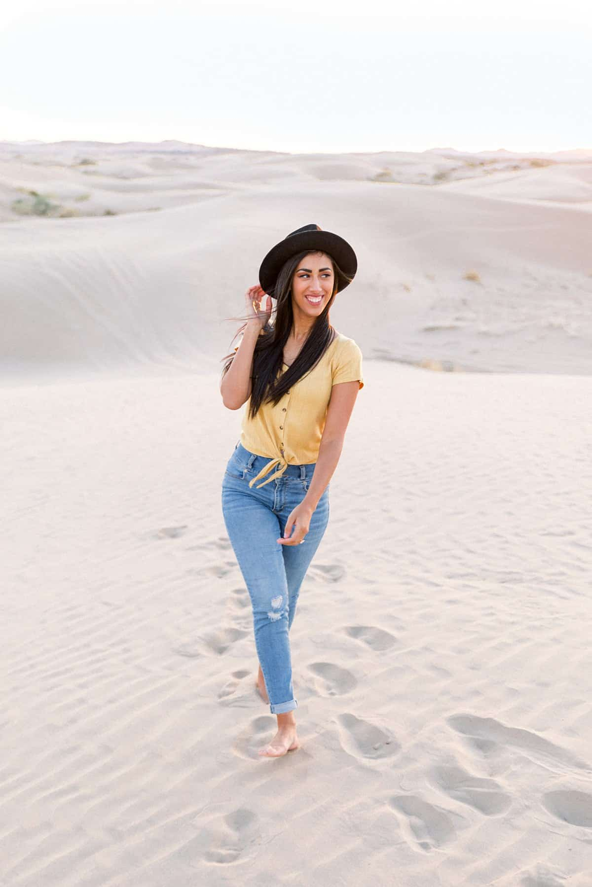 What to wear for engagement pictures, yellow shirt with hat, summer yellow, blue and white outfits, desert photography