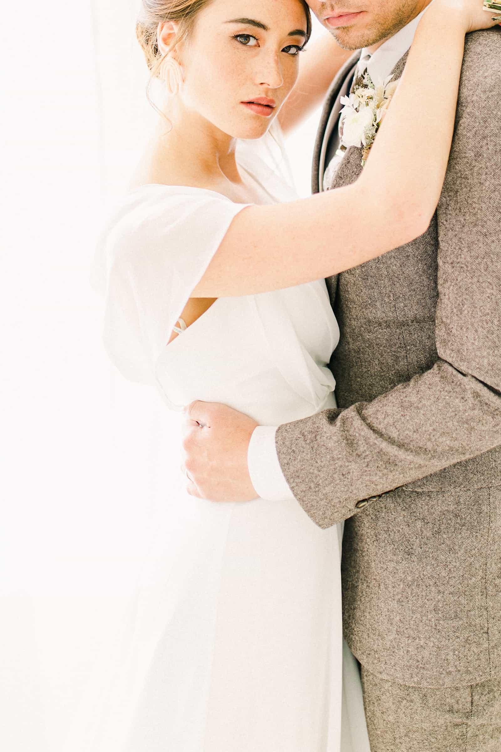 Modern bride and groom, minimalist wedding